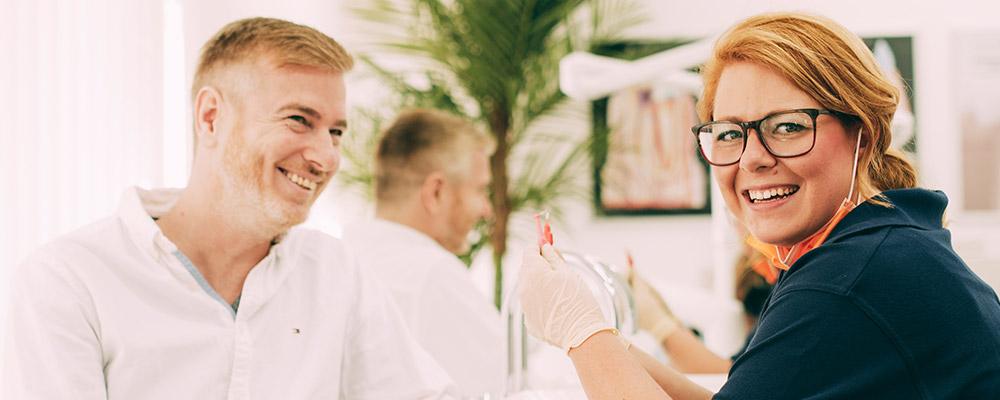 Mann lächelt mit weißen Zähnen nach Zahnbleaching in Berlin-Spandau.