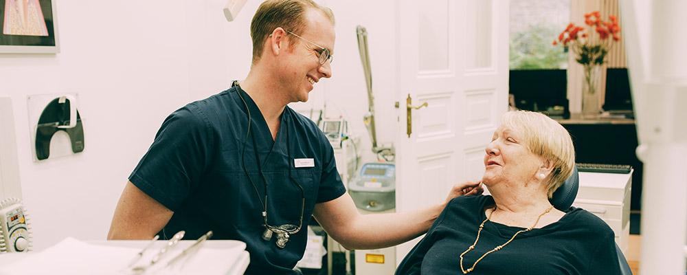 Frau lacht nach Wurzelbehandlung in Berlin-Spandau glücklich und zufrieden.