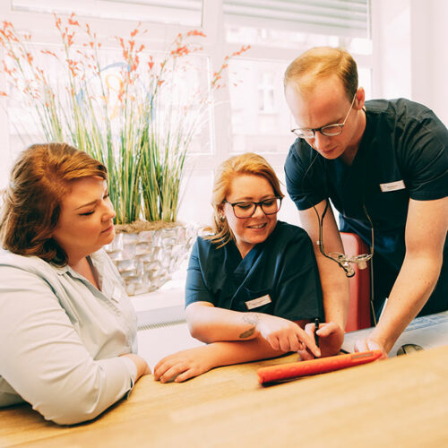 Team berät sich zu Behandlung beim Zahnarzt in Berlin-Spandau.