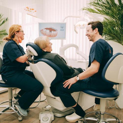 Patientin freut sich über ehrliche Beratung beim Zahnarzt in Berlin-Spandau.