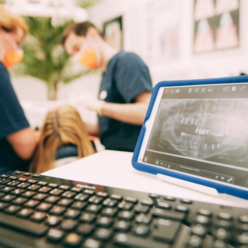 Tablet mit Röntgenaufnahmen beim Zahnarzt Dr. Kurth & Partner in Berlin-Spandau.