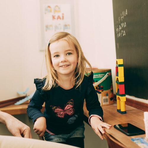 Kleines Mädchen tobt in der Spielecke beim Zahnarzt in Berlin-Spandau.