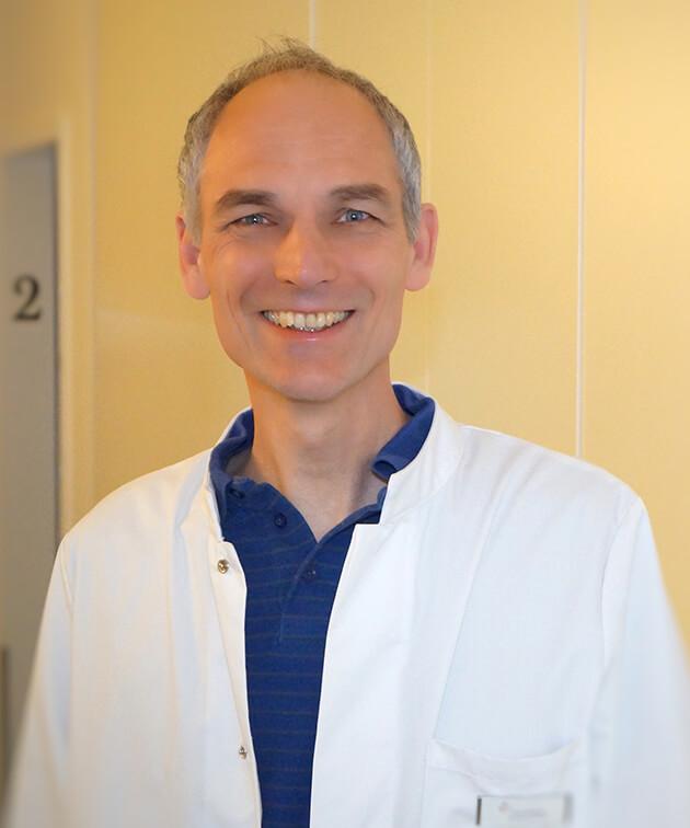 Zahntechniker Uwe Grimme in der Zahnarztpraxis Dr. Kurth & Partner Berlin-Spandau.