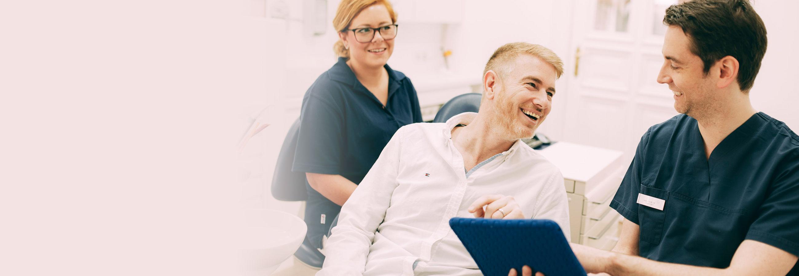 Mann lässt sich zur ästhetischen Zahnheilkunde in Berlin-Spandau beraten.
