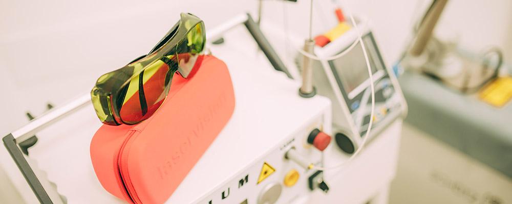 Schutzbrille für die Laserbehandlung beim Zahnarzt in Berlin-Spandau.