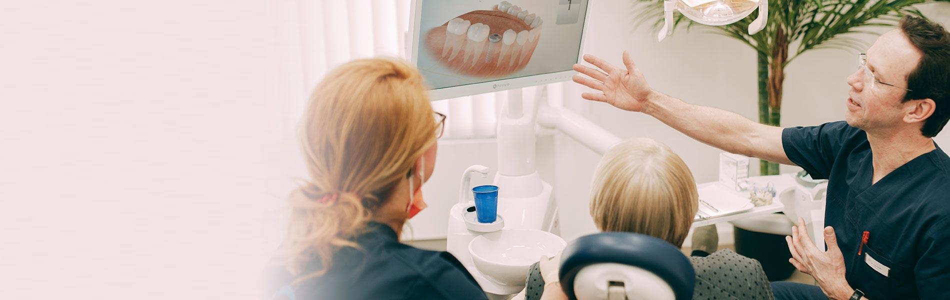 Dr. Sven Kurth, Implantologe aus Falkensee, zeigt die Möglichkeiten mit Zahnimplantaten.