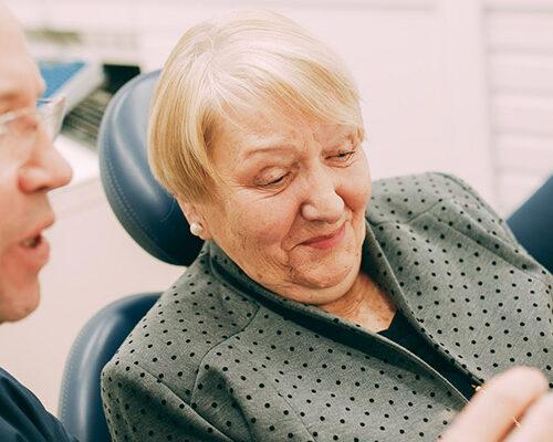 Dr. Kurth erklärt Patientin Sofortimplantation an Frontzähnen in Berlin-Spandau.