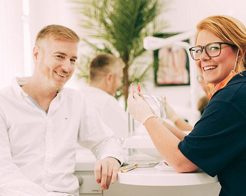 Professionelle Zahnreinigung (PZR) in Coronazeiten, Mitarbeiterin erklärt die Vorgehensweise.
