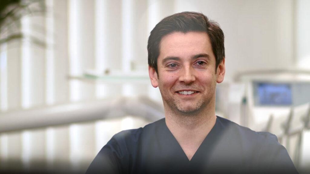 Dr. Jörn Kröger erklärt die Vorteile von Zahnersatz aus Berlin-Spandau.