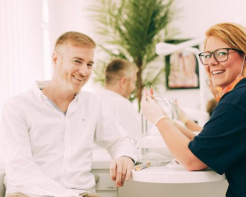 Implantatprophylaxe Berlin-Spandau – Mitarbeiterin erklärt, wie es geht.